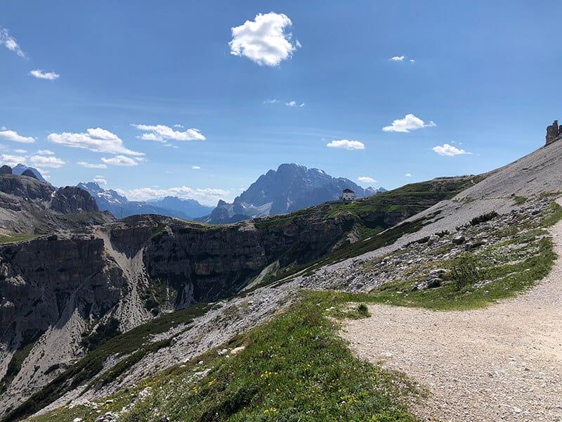 Blick vom Wanderweg hinüber zur Auronzohütte