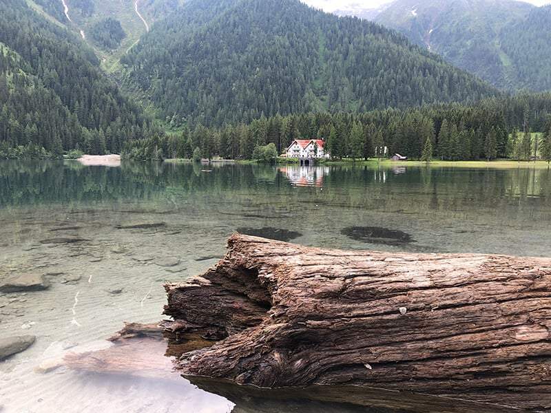 Blick über den Antholzer See zum Hotel Seehaus