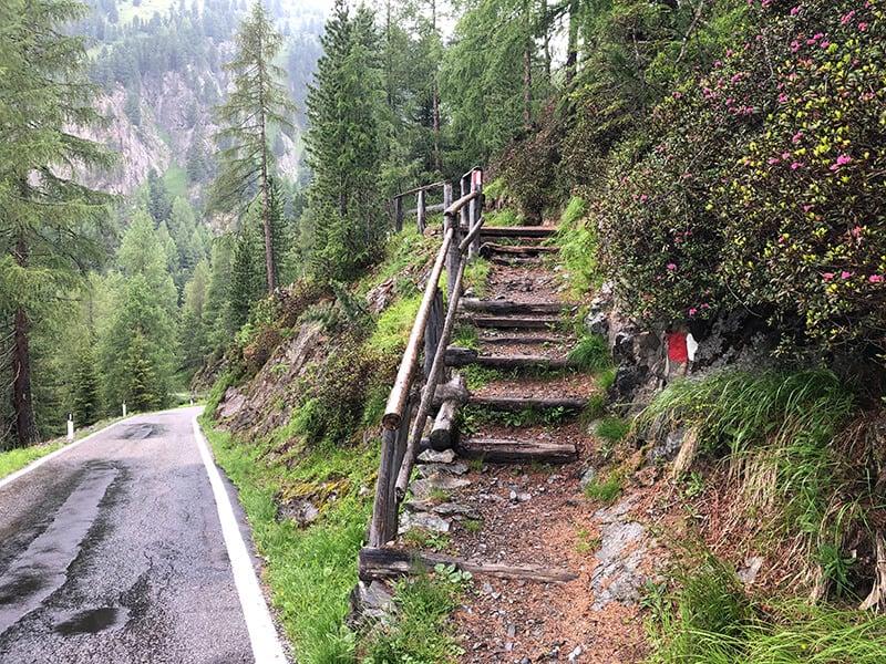 eine kleine Treppe direkt an der Passstraße
