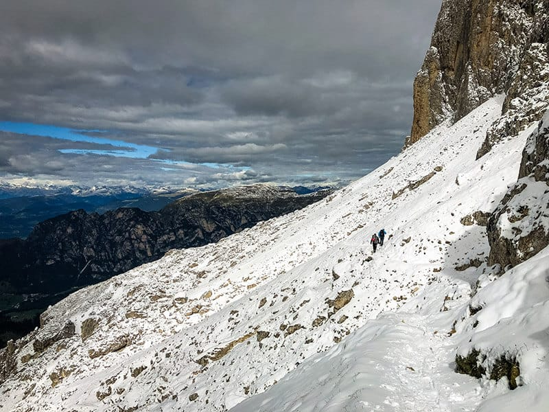 schneebedeckter Weg am Fuß der Berge