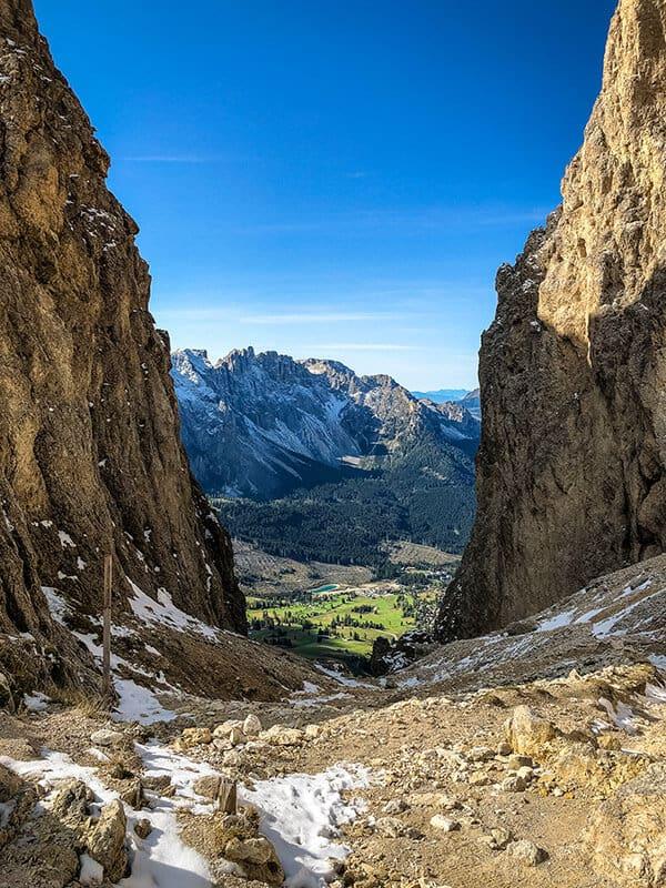 An der Passhöhe mit Blick ins Tal
