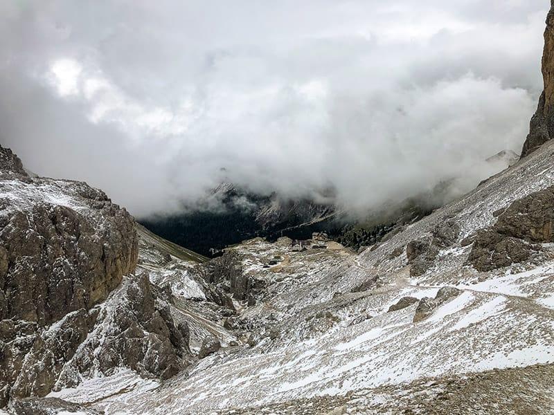 die Wolkendecke reißt langsam auf über der Vajolethütte