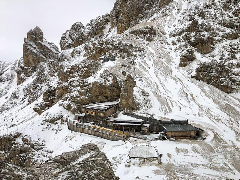 Blick auf die Grasleitenpasshütte vom Einstieg am Klettersteig aus