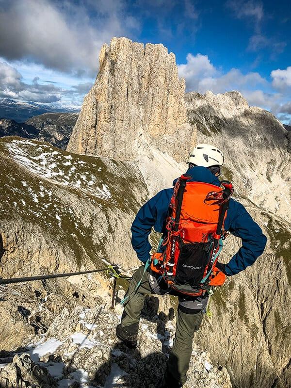 Am Drahtseil gesichert mit Blick in den Vajolonkessel und zur Tscheiner Spitze