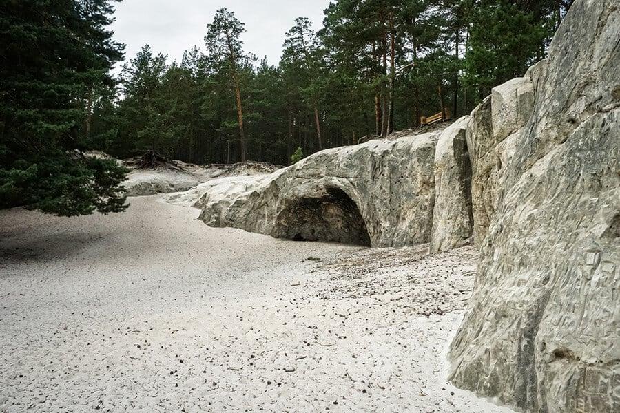 feinster Quarzsand vor den Sandsteinhöhlen