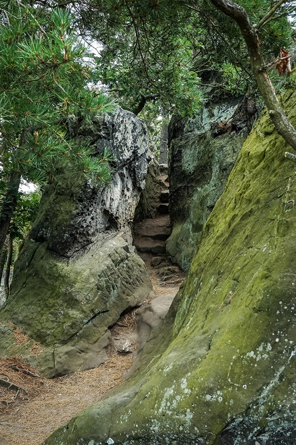 Wegverlauf zwischen Felsen hindurch