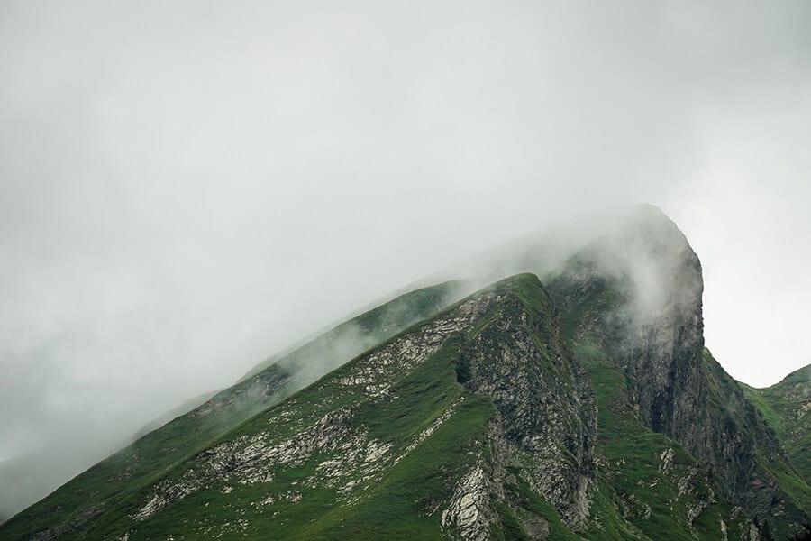 Die Wolken ziehen um den Gipfel