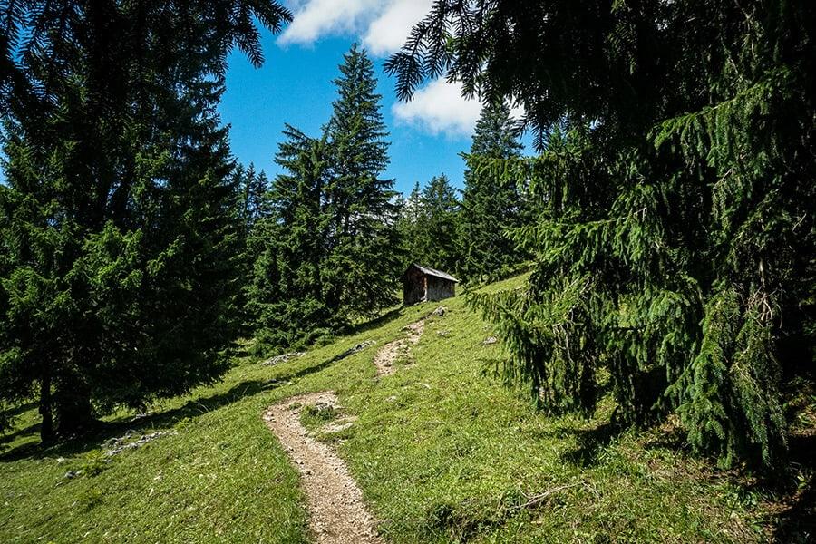Bergpfad vorbei an einem Heuschober