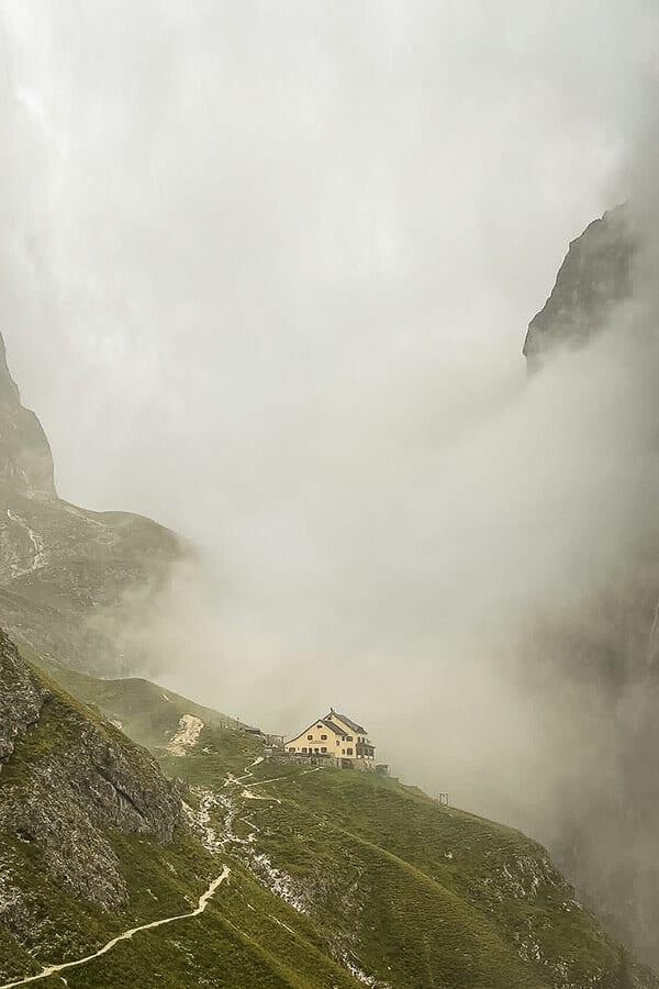 Die Grasleitenhütte umringt von Regenwolken